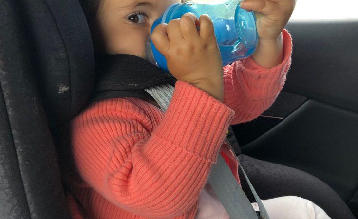 Bebe bebiendo en el coche